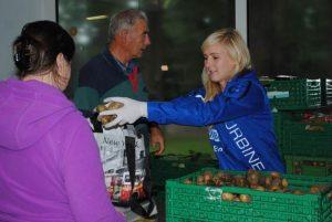 Magdalena Szaj bei der Ausbage von Kartoffel