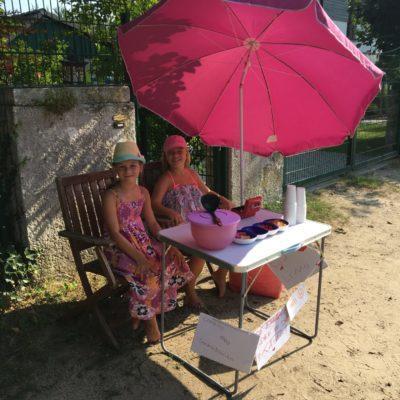Leni und Carlotta warten auf Kunden
