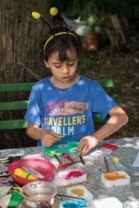 SUMM - Eine Abenteuerreise ins Bienenland - Ein Kind bastelt eine Bienenmaske