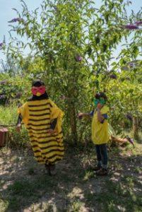 SUMM - Eine Abenteuerreise ins Bienenland - 2 Kinder mit Bienenkostüm